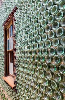 ボトルで作られた家の壁