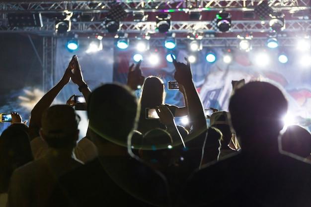 ステージ近くのコンサートで観客のシルエット