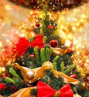 Высокая рождественская елка с блеском