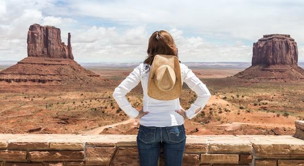 Девушка в долине монументов