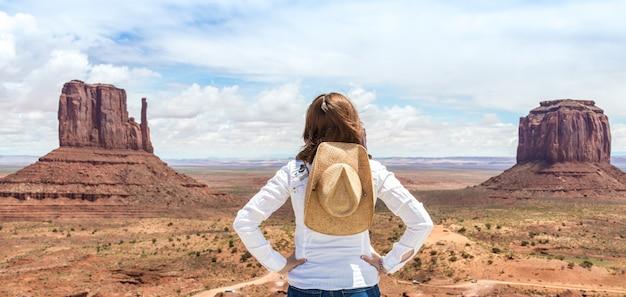 Девушка в долине памятника, ландшафт пустыни