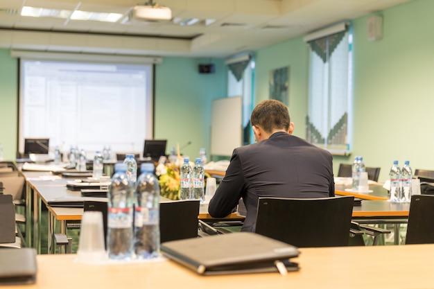Бизнес конференц-зал с бизнесменом