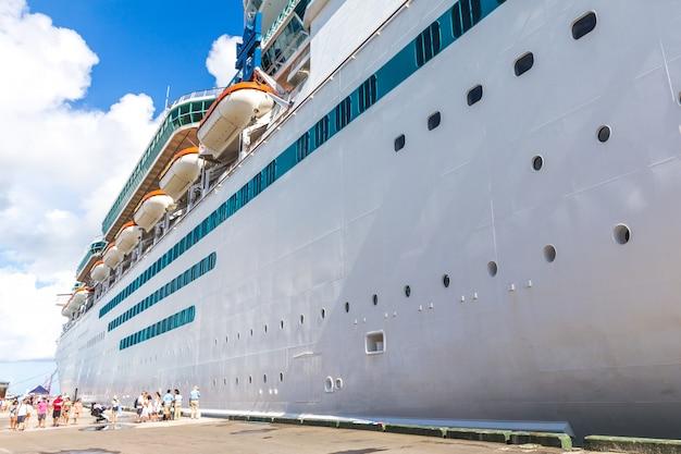 港のキューズ船