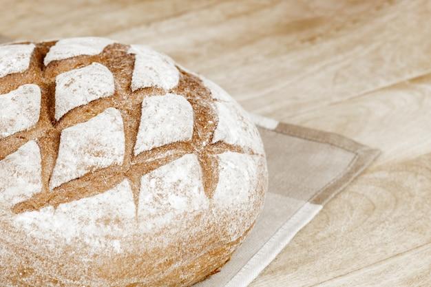 木製のテーブルの上のパン