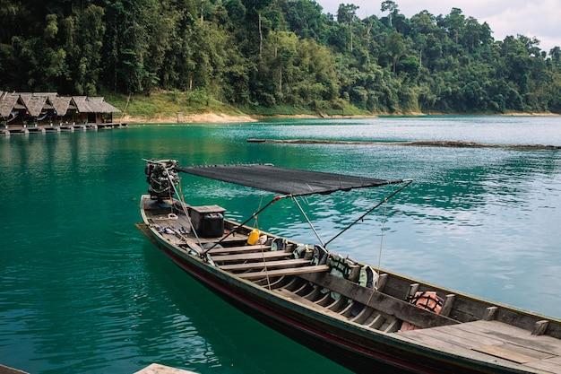 湖の伝統的なタイのボート。タイ