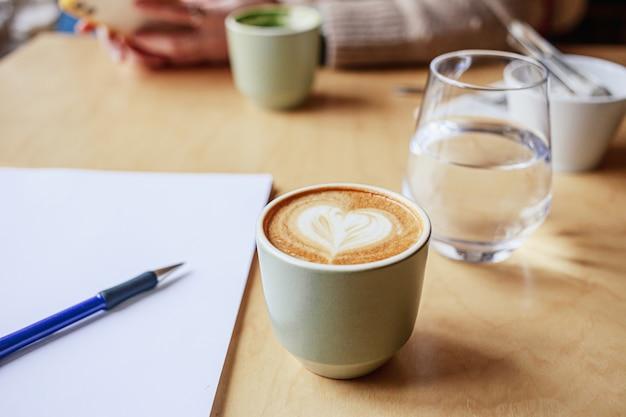 カフェで一緒にコーヒーを楽しんだ人々のクローズアップ画像