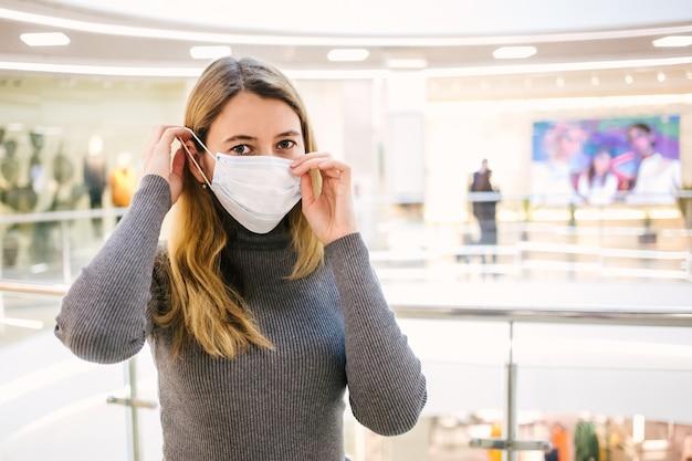 Девушка надевает защитную маску