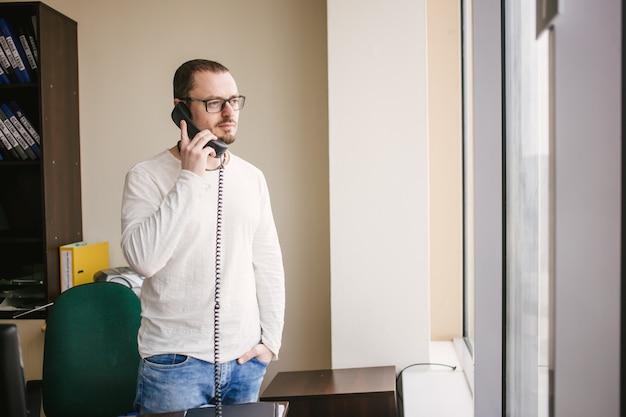 電話で話している気持ちのいい男