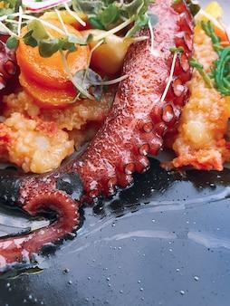Осьминог с овощами с чернилами каракатицы