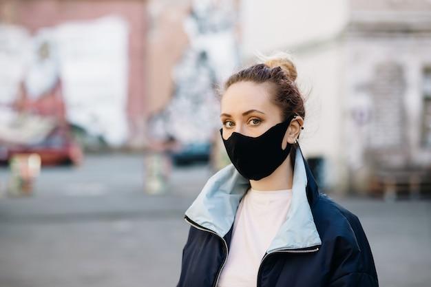 屋外の防護マスクの女
