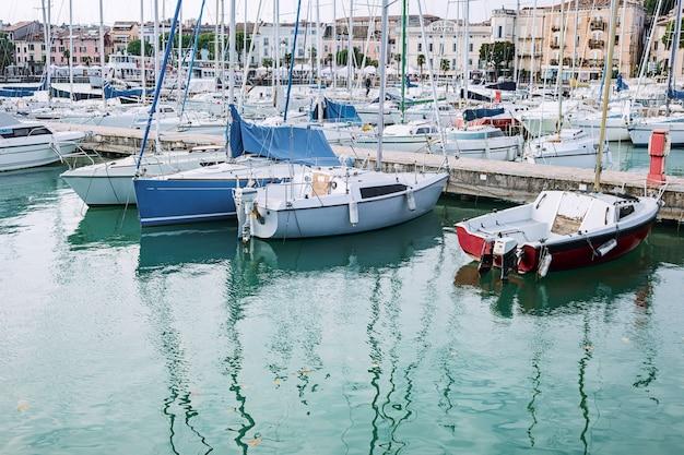 港のヨットパーキング、港のヨットクラブ、イタリア。青い空の美しいヨット