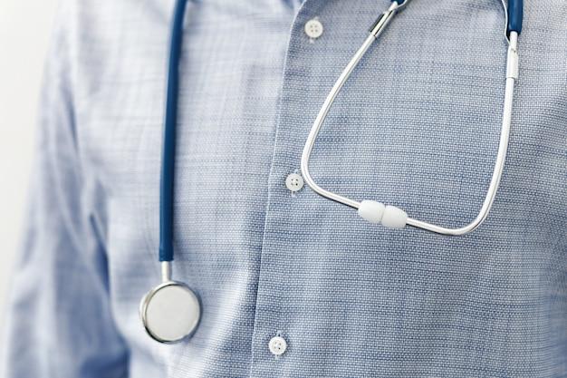肩に聴診器を持つ医師