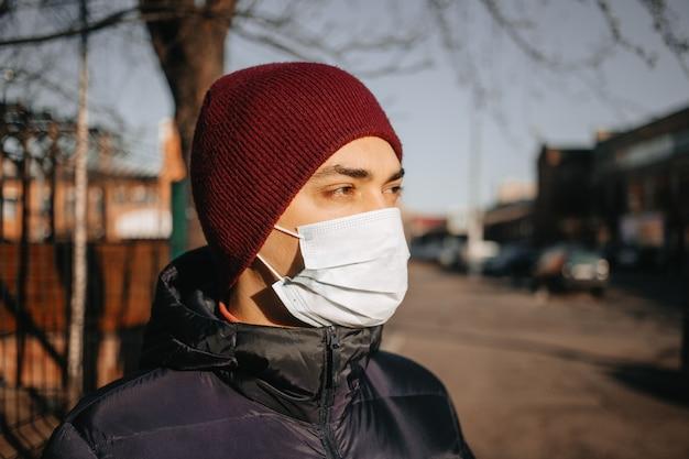防護マスクの路上の男