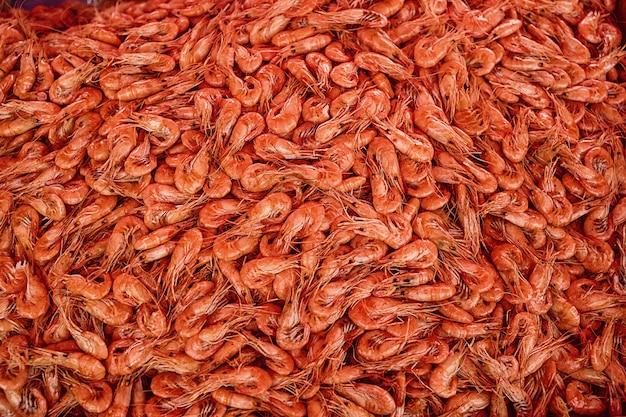 Много сушеных креветок на рыбном рынке