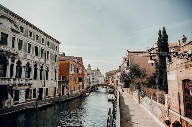 Красивая венецианская улица в летний день, италия