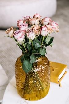 ガラス花瓶のバラの花束