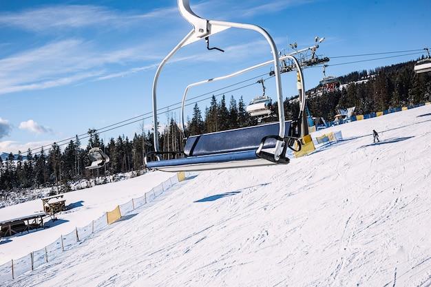 空のスキーリフト