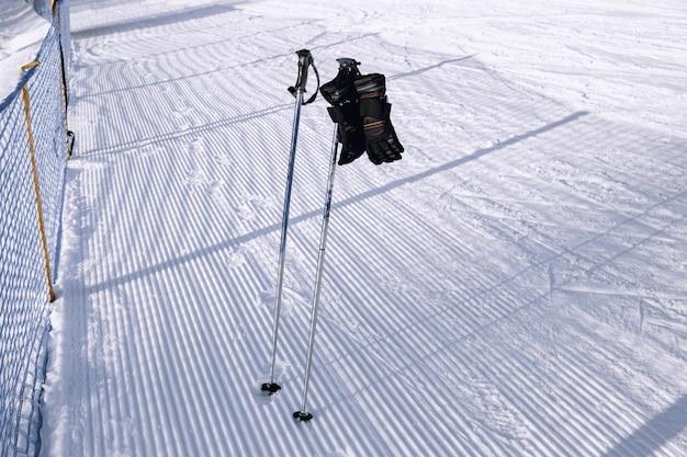 スキーゲレンデの近くに手袋があるスキーストック