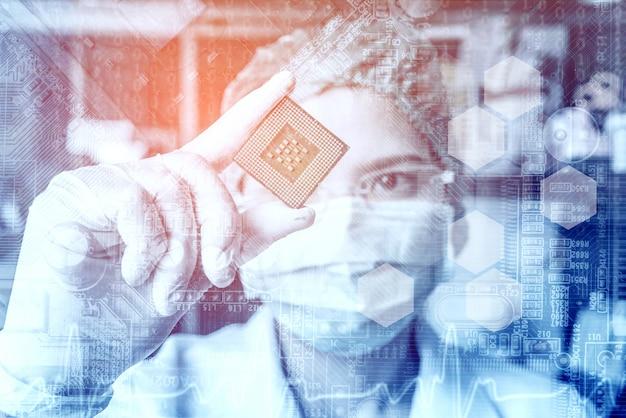 Техник в очках анализирует процессор
