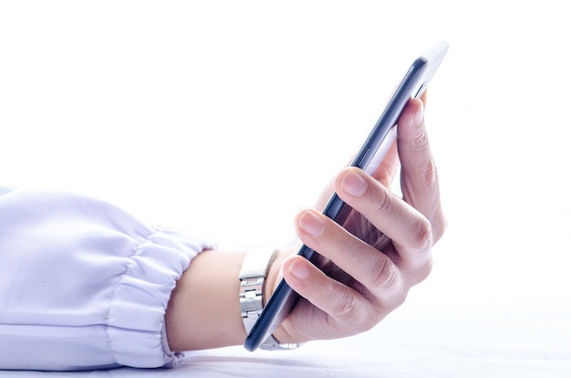 白い画面の背景に分離された黒のスマートフォンを持つ女性の手