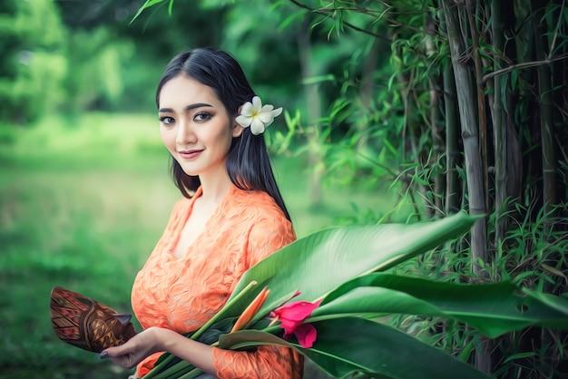 伝統的な衣装を着た美しいバリの女性、バリ島とインドネシアの文化