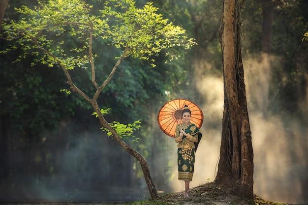 ラオスの伝統的な衣装、ラオスのビエンチャンでビンテージスタイルの美しいラオスの女の子。