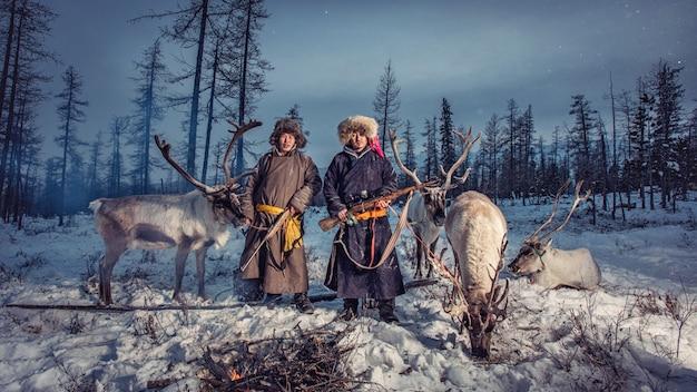 タイガ、モンゴルのロシア国境近くの背景にトナカイ遊牧民キャンプ