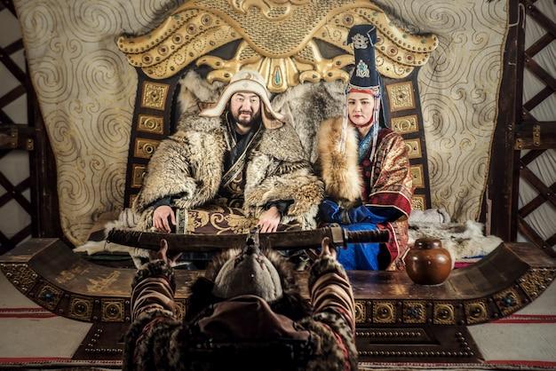 モンゴルの典型的なモンゴルのドレス文化を伝統的に着ている戦士のジンギスカンまたはチンギスハーンの肖像