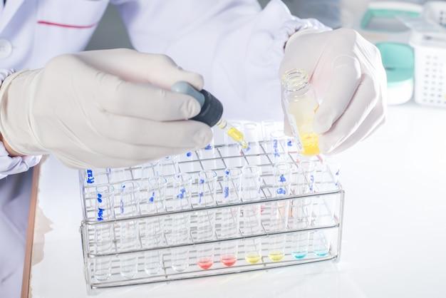 医療研究室のトレイに配置された試験管のクローズアップ。