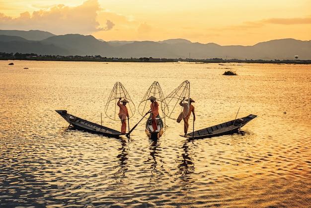 ミャンマーシャン州インレー湖で伝統的な魚を捕るボートに乗ってビルマのインタ漁民
