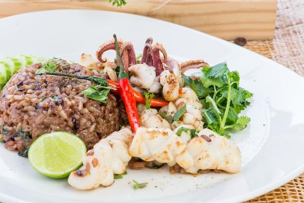 Азиатский жареный рис с курицей, креветками, яйцом и овощами, тайская кухня