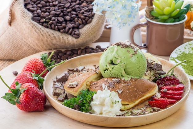 Хрустящие тосты с медом, арахисовым маслом, бананом, шоколадной гранолой, авокадо, редькой из арбуза, хурмой, гранатом, семенами чиа, помидорами, инжиром, ежевикой. мед тост в тарелке