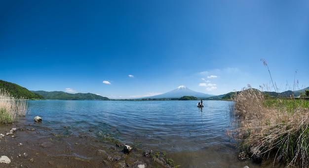 Лодка и гора фудзи вечером на озере кавагутико