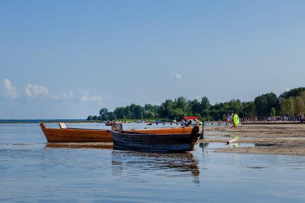 ビーチで日の出時に古い漁師のボート