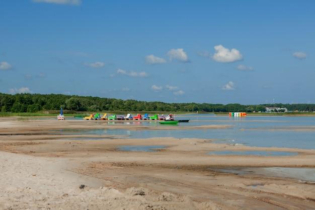 ビーチのカタマラン。海のビーチで明るくカラフルなペダルボート。