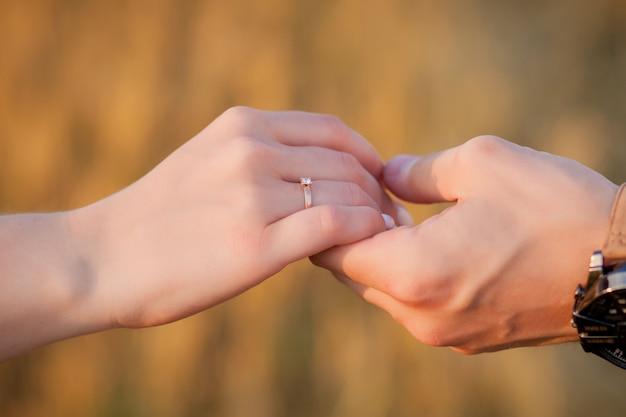 わら、ロマンチックな人々の概念、美しい風景、夏のシーズンに幸せな若いカップル