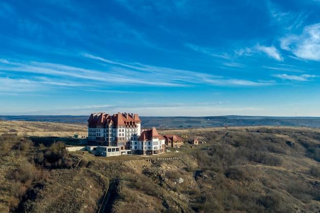 Новый отель на вершине горы