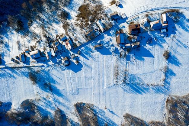 Вид с воздуха на частные дома в зимнее время