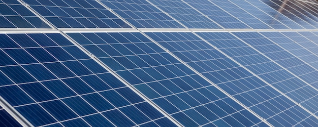 Предпосылка панелей солнечных батарей панорамы для изображений концепции солнечной энергии.