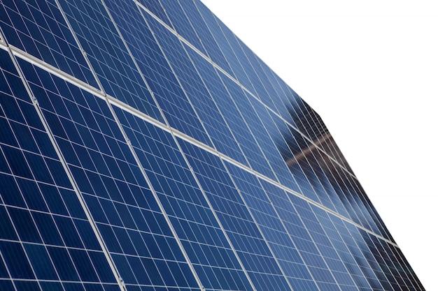 Панели солнечных батарей, изолированные на белом фоне для концептуальных изображений солнечной энергии
