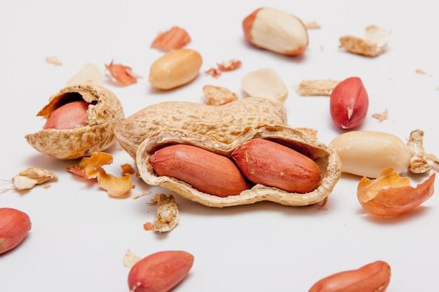 シェルの豆の大きな皮をむいたピーナッツのクローズアップ。