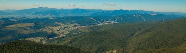 森林と曇り空で覆われた山頂の美しい山の風景。ウクライナの山々、ヨーロッパ