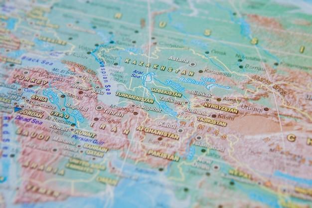 トルクメニスタン、ウズベキスタン、キルギスタンが地図上にクローズアップ。国の名前に焦点を当てます。口径食効果