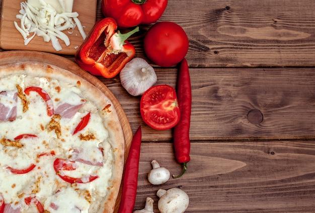 Тосканская классическая пицца на деревянном столе, вид сверху. вегетарианская еда