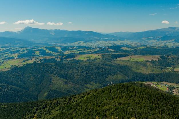 ウクライナのカルパチア山脈の美しい山の風景。