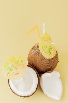 ストローで新鮮なココナッツカクテル