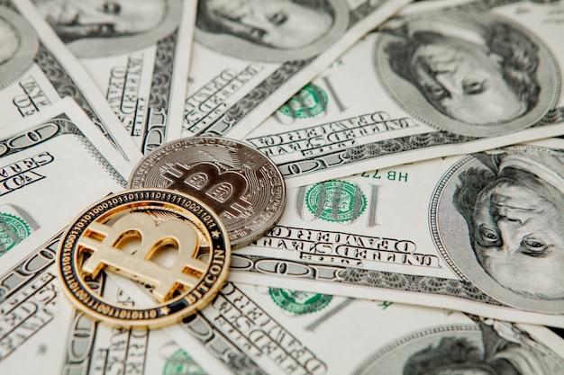 Биткойн на долларовых купюрах. концепция обмена электронных денег