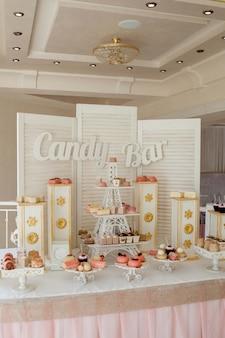 Конфета, шоколадный батончик. вкусный сладкий буфет с кексами. сладкий праздничный буфет с кексами и другими десертами.