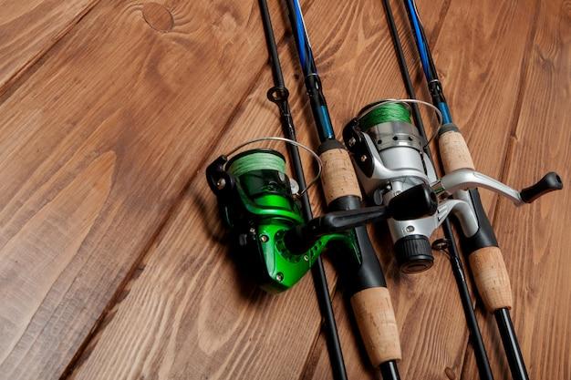 釣り道具-スピニング、フック、ルアー、コピースペース付きの木製の表面