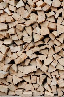 背景としての薪のスタック